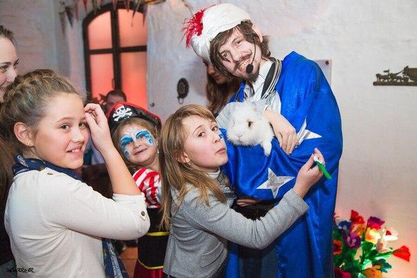 Фокусник на детский праздник с кроликом и голубями аниматоры в детский сад Коломенская